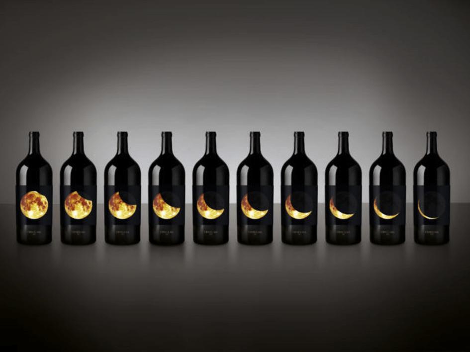 Degustacja wina butelki z księżycem