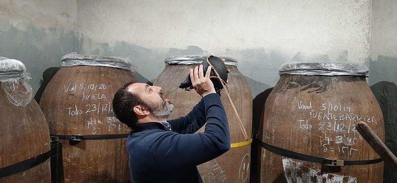 Kartka z historii wina  – kiedy wino wlewano do gardła