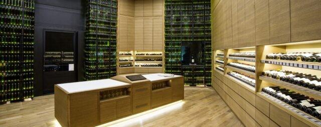 Złodzieje win okradli luksusowy sklep.