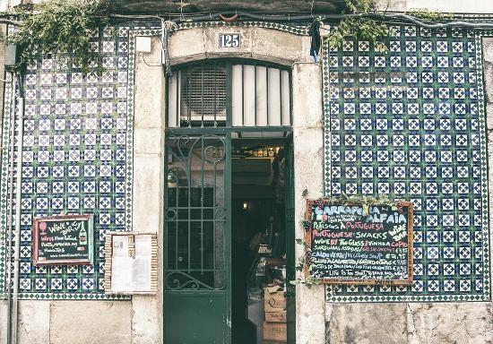Azulehos dekorują wejście do baru Garraferia Alfaia - Lizbona.